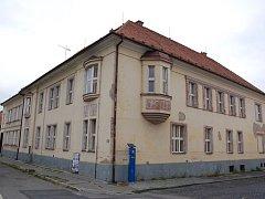Jednou z budov, kterou se hradišťské radnici stále nedaří prodat, je dům ve kterém kdysi sídlila Okresní vojenská správa.