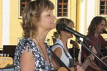 Zpěvačka Pavlína Jíšová zkoušela poctivě se svou kapelou, v níž hraje a zpívá také její osmnáctiletá dcera Adéla.