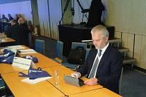 Libor Lukáš (ODS) čte výsledky senátních voleb.
