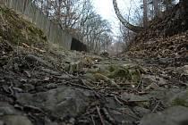 Vyjet autem úzkou cestou a špatným terénem do strmého kopce je prakticky nemožné.