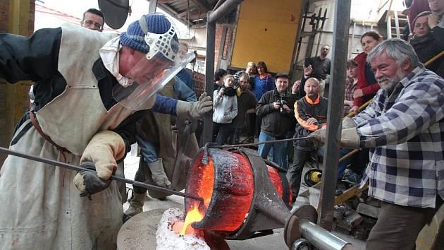 Odlévání soch do bronzu ve slévárně sochaře Otmara Olivy na Velehradě.