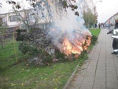 Požár díky zásahu hasičů neměl šanci se rozšířit.
