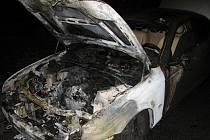 Požár osobního automobilu likvidovali hasici u Osvětiman.