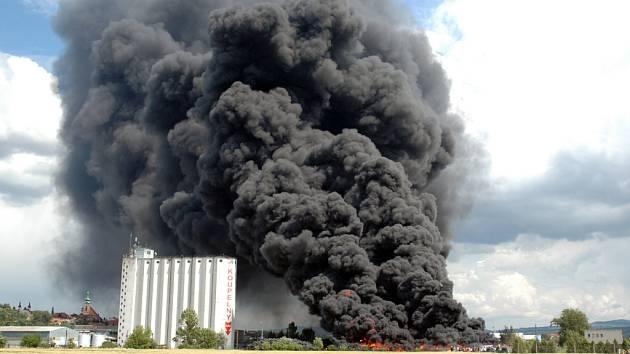 S rozsáhlým požárem bojují desítky hasičů.