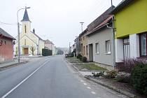 Část travnaté plochy u řady domů v Topolné má lemovat nový chodník. To, zda se bude stavět, záleží na jednom z tamních obyvatel.