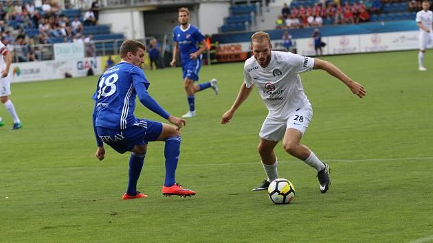 Kapitán fotbalistů Slovácka Vlastimil Daníček (na snímku vpravo) věří, že celek z Uherského Hradiště postoupí do střední skupiny a vyhne se bojům o záchranu.