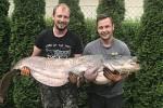 Jakub Machala (vlevo) zOstrožské Lhoty ulovil sumce 1,94 metru dlouhého v řece Moravě v Uherském Hradišti deset minut před půlnocí. Kapitální ryba vážila 60 kilo a Jakubovi ji pomáhal tahat spolupracovník Ivo Wirgel.