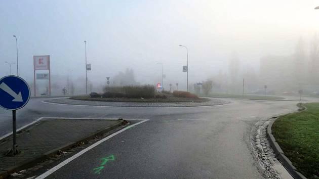 Ke kuriózní nehodě došlo v neděli 12. listopadu na Sokolovské ulici v Uherském Hradišti u supermarketu Kaufland.