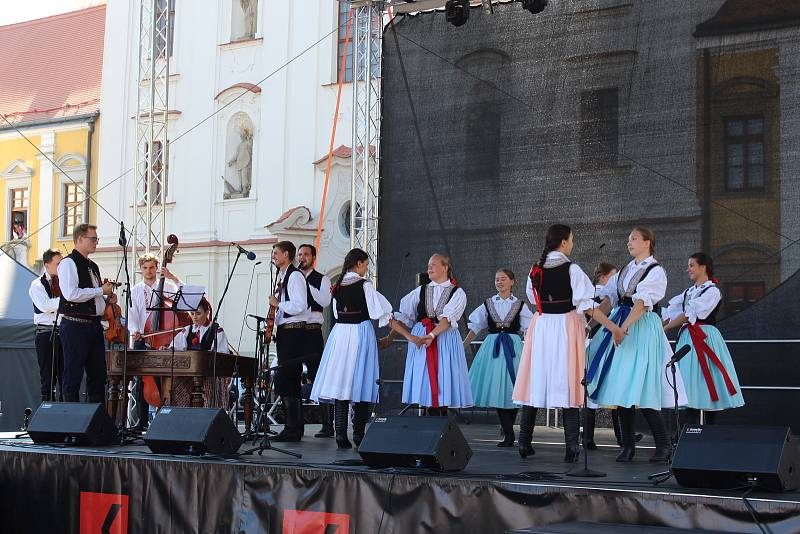 Slovácké slavnosti vína a otevřených památek v Uherském Hradišti. Slavnostní průvod. Na Mariánském náměstí.