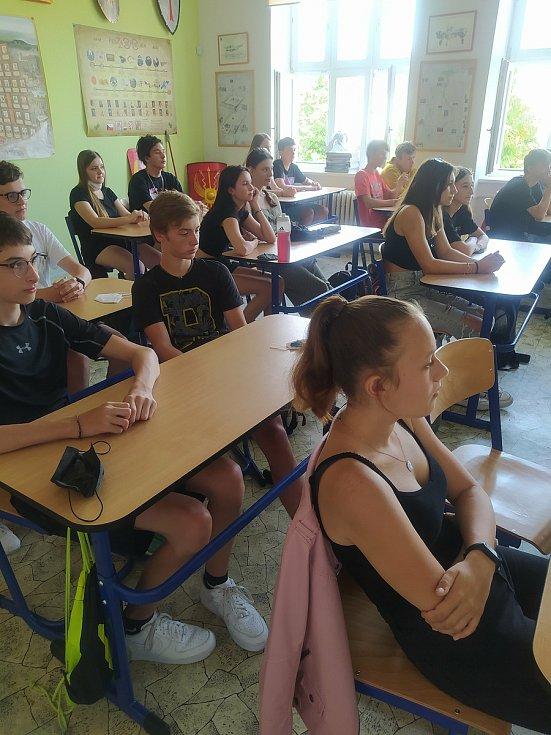 Besedy a prezentace jednotky se zúčastnili žáci 9.B.