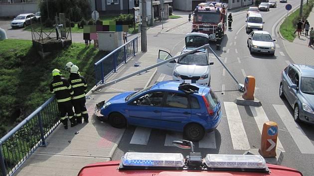 Jedno auto vyjelo z komunikace a narazilo do zábradlí a sloupu veřejného osvětlení. Ten se podlomil a poškodil ještě druhé vozidlo, které jelo v těsné blízkosti havarovaného automobilu.