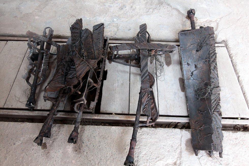 Odlévání u Otmara Olivy je mysteriózní rituál. Odlitky.