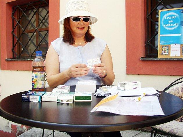 S riziky, která skýtá pobyt na slunci, seznámí návštěvníky koupališť Eva Marečková ze zdravotního ústavu.