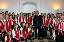Prezident Miloš Zeman se setkal s pěveckým sborem Stojanova gymnázia Velehrad při Večeru lidí dobré vůle v poutní obci.