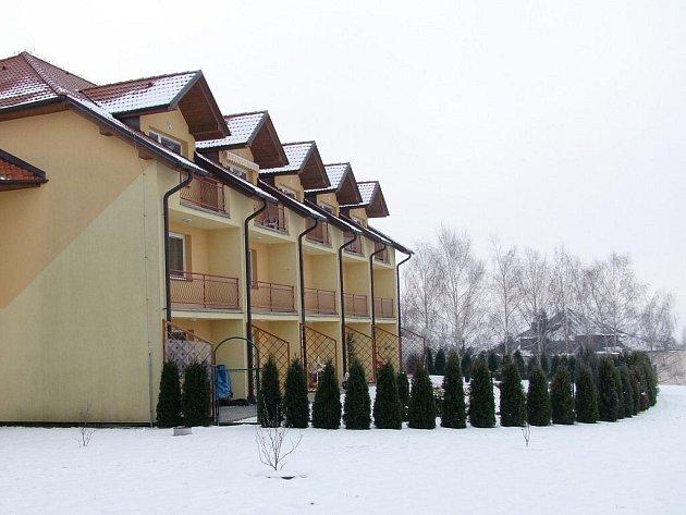 Prostor před Domem s pečovatelskou službou v Topolné ozdobí na jaře nová zeleň