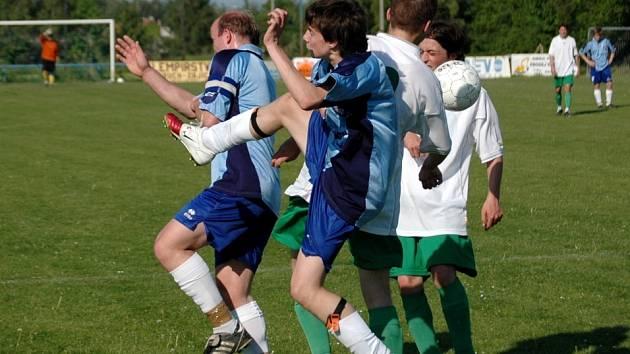Fotbalisté Polešovic (v tmavém) vrátili Tupesům porážku z poháru a zvítězili 2:0. V utkání byly kromě dvou branek k vidění také zajímavé taneční kreace.