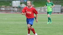 Fotbalisté Hluku (v červených dresech) přestříleli v derby Dolní Němčí 6:3 a bez prohry ovládli Corona Cup. Na snímku Roman Sopůšek.