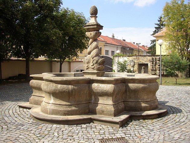 Kašna z 18. století je umístěn na nádvoří Galerie Slováckého muzea v Uh. Hradišti.