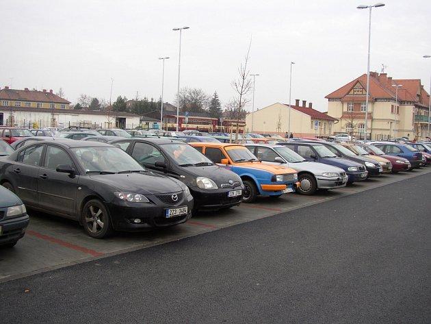 Jedno z největších hradišťských parkovišť u nádraží Českých drah pojme 234 vozů.