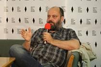 Scénárista Petr Jarchovský na 42. Letní filmové škole v Uherském Hradišti v sále Reduty při své přednášce.