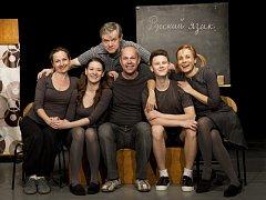 Robert Bellan (sedící uprostřed) s herci Slováckého divadla.