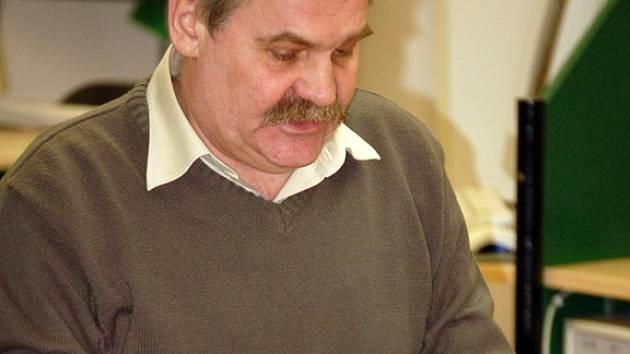 Soudce a spisovatel Josef Holcman ze Zlína při autorském čtení.