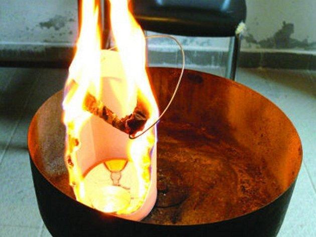 Během deseti sekund byla celá lucernička v plamenech.