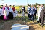 Dno pak otisk pamětní medaile vydané ke 20. výročí papežova pontifikátu v roce 1998.Otmar Oliva při proslovu nad základem památníku.