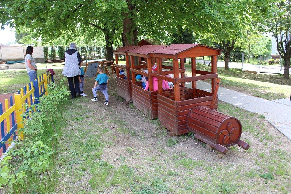 Děti na zahradě Mateřské školy Svatopluka Čecha v Uherském Brodě.