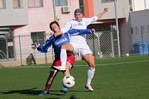 Někdejší hráčka Slovácka Zdeňka Skupinová (vlevo) se proti svému bývalému klubu neprosadila i díky Veronice Jurákové