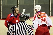 Utkání mezi hradišťskými hokejisty a Porubou přineslo i několik šarvátek. Na snímku se do sebe chystají pustit domácí Patr Karpíšek (vlevo) a ostravský Luděk Krayzel.