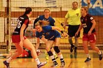 Interligové házenkářky Zlína (v modrém) v nedělním 22. kole prohrály s pražskou Slavií 20:27 a play-off se jim tak vzdaluje.