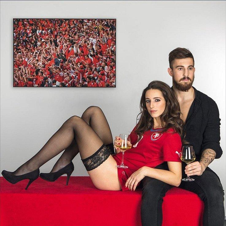 Skvělá zkušenost. To říká Kristýna Janků o focení kalendáře pro fotbalový svaz. Vedle ní je sparťan Lukáš Vácha.