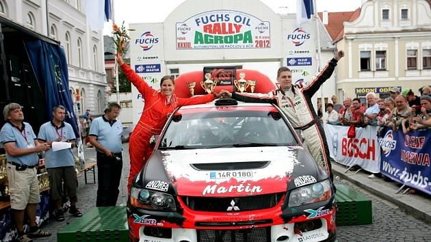 Martin Bujáček se raduje s Petrou Řihákovou z vítězství v Pačejově.