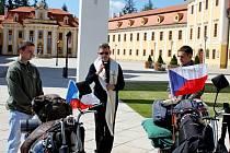 Se dvěma jezdci na babettách, kteří se vypravili do Vatikánu, se přišli rozloučit jejich rodiny, přítelkyně a kamarádi. Jejich strojům požehnal velehradský farář Petr Přádka.