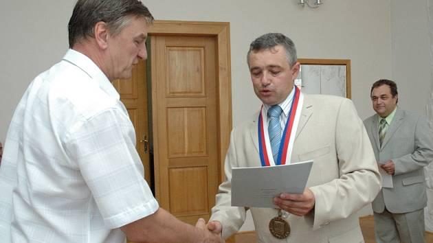 František Slavík (vlevo) a starosta Josef Bazala.