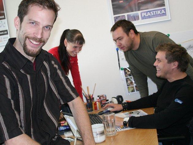 Kreativní ředitel a spolumajitel reklamní agentury Vabanque Václav  Skácel (v popředí).