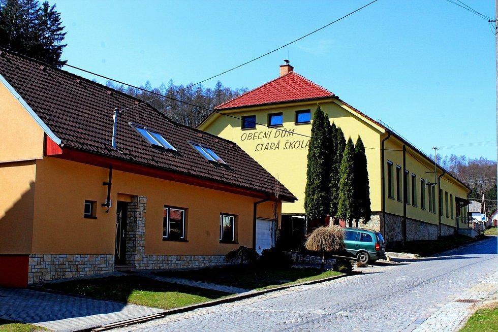 Vstupní brána do Chřibů je vesnička Salaš. Obecní dům – Stará škola.