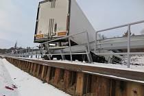Po smyku na zamrzlé silnici skončil kamion nedaleko Polichna napříč silnicí.