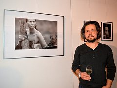 V kině Hvězda v Uherském Hradišti je k vidění výstava fotografií zaměřená na ženy. Na snímku Milan Zámečník