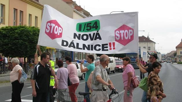 Demonstrace občanů ve Bzenci proti kamionové dopravě. Ilustrační foto.