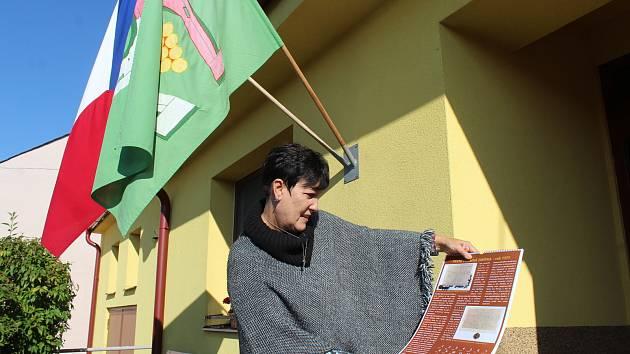 Volby 2021 v Hostějově. Starostka Antonie Vaculíková ukazuje kalendář vydaný k výročí 650 let první zmínky o obci.