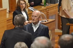 Senátor Ivo Valenta skládá na ustavující schůzi Senátu 19. listopadu v Praze slib do rukou předsedajícího Zdeňka Škromacha (zády).