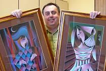 Jan Botek ukazuje svá díla.