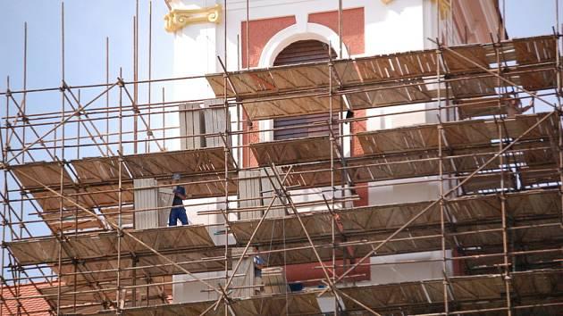 S rekonstrukcí polešovického kostela pomáhají nejen věřící. Farnost bude těžit i z pronájmu tříhektarového pozemku.