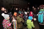 BLIKOTAVÉ LAMPIONY. Na sto dětí i dospělých pochodovalo Velehradem s mihotavými barevnými světýlky.
