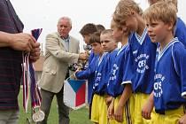 Výběr mladých fotbalistů OFS Uherské Hradiště dosáhl největšího úspěchu ve své historii. Medaile a pohár jim včera předal dnes už legendární brankář Ivo Viktor (na snímku).