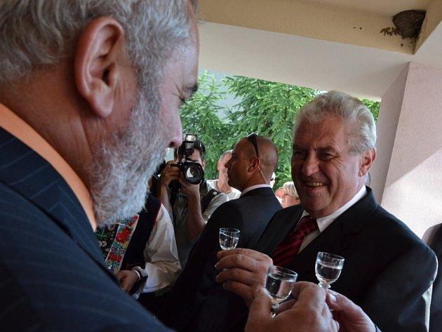 Prezidenta Zemana čekalo v Osvětimanech velmi vřelé přivítání.