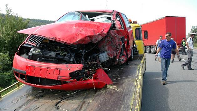 Ani bezpečnější auta mnohdy nedokáží řidiče ochránit před vážnými poraněními, tak jako při srážce osobního auta a kamionu u Drslavic 1.srpna. Ilustrační foto.