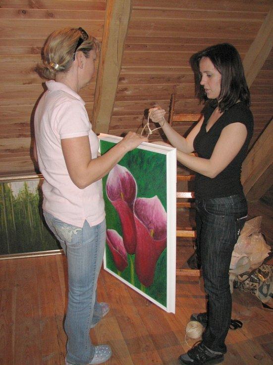 Na špagát se rozhodla pověsit obraz Vendula Kovaříková (vpravo).